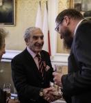 Remise de médaille à Henri Goldberg par l'Ambassadeur de Pologne